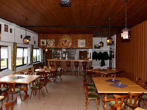 Unser kleiner Gastraum mit Blick auf den Thekenbereich.
